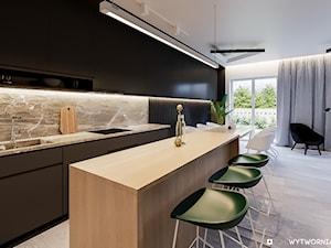 1 MAJA - Średnia otwarta szara kuchnia dwurzędowa z wyspą z oknem, styl nowoczesny - zdjęcie od ARCHIWYTWÓRNIA Tomek Pytel