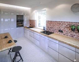Gołonoska - Duża otwarta biała czarna kuchnia w kształcie litery l z oknem, styl skandynawski - zdjęcie od ARCHIWYTWÓRNIA Tomek Pytel