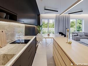 1 MAJA - Średnia otwarta szara kuchnia dwurzędowa w aneksie z oknem, styl nowoczesny - zdjęcie od ARCHIWYTWÓRNIA Tomek Pytel