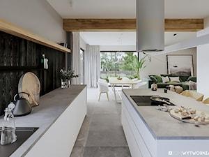 STARA HUTA - Duża szara kuchnia dwurzędowa w aneksie z wyspą z oknem, styl skandynawski - zdjęcie od ARCHIWYTWÓRNIA Tomek Pytel