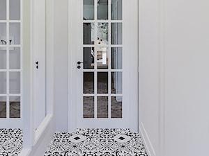 Borki - Mały biały hol / przedpokój, styl nowoczesny - zdjęcie od ARCHIWYTWÓRNIA Tomek Pytel