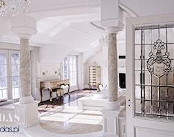 Rezydencja MK - Duża biała łazienka na poddaszu w domu jednorodzinnym z oknem, styl klasyczny - zdjęcie od HadasPracowniaWitrazy