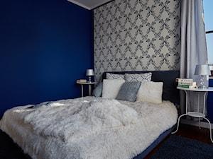 Apartament Wilanów 90 m2 - Mała niebieska kolorowa sypialnia dla gości, styl glamour - zdjęcie od http://martaczerkies.pl/