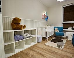 Średni szary pokój dziecka dla chłopca dla dziewczynki dla niemowlaka, styl klasyczny - zdjęcie od http://martaczerkies.pl/