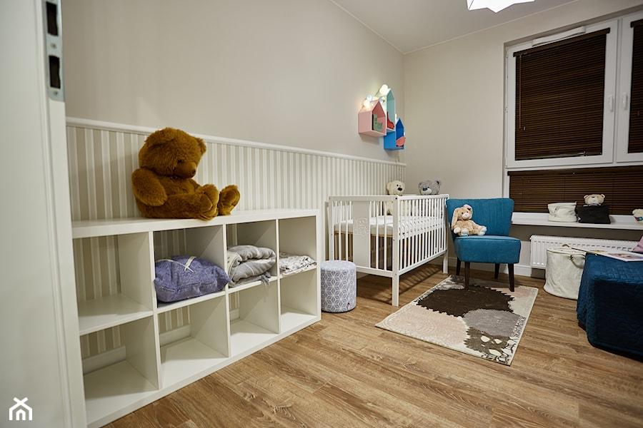 Aranżacje wnętrz - Pokój dziecka: Średni szary pokój dziecka dla chłopca dla dziewczynki dla niemowlaka, styl klasyczny - http://martaczerkies.pl/. Przeglądaj, dodawaj i zapisuj najlepsze zdjęcia, pomysły i inspiracje designerskie. W bazie mamy już prawie milion fotografii!