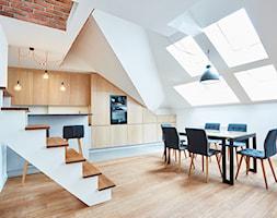 Średnia otwarta biała jadalnia w kuchni, styl industrialny - zdjęcie od http://martaczerkies.pl/