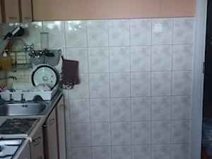 Generalny remont 50m mieszkania w bloku - Mała zamknięta biała pomarańczowa kuchnia jednorzędowa - zdjęcie od Kamil i Malwina
