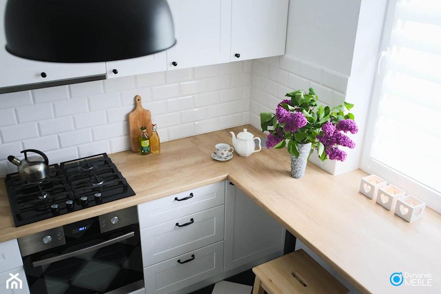 Kuchnia w stylu skandynawskim - Mała zamknięta biała kuchnia w kształcie litery l z oknem, styl skandynawski - zdjęcie od Dynarek MEBLE