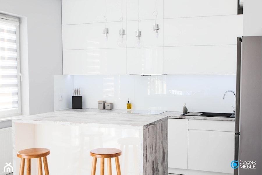 Kuchnia mono kolorystyczna - Średnia zamknięta szara kuchnia w kształcie litery l w aneksie z wyspą z oknem, styl minimalistyczny - zdjęcie od Dynarek MEBLE