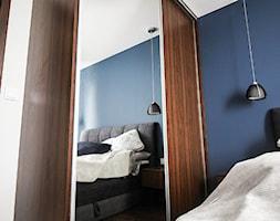 Granatowa+sypialnia+z+meblami+w+kolorze+drewna+-+zdj%C4%99cie+od+Dynarek+MEBLE