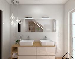 Łazienka w bieli i drewnie - Średnia biała łazienka na poddaszu w bloku w domu jednorodzinnym z oknem, styl nowoczesny - zdjęcie od KRU design