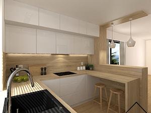 Kuchnia w bieli i drewnie - Średnia otwarta biała kuchnia w kształcie litery u w aneksie z oknem, styl nowoczesny - zdjęcie od KRU design
