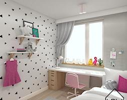 Pokój 6-letniej dziewczynki - Mały szary pokój dziecka dla dziewczynki dla ucznia dla nastolatka, styl skandynawski - zdjęcie od KRU design