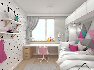 Pokój 6-letniej dziewczynki - Średni biały szary pokój dziecka dla dziewczynki dla ucznia dla nastolatka, styl skandynawski - zdjęcie od KRU design
