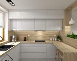 Rośliny w kuchni - Średnia otwarta biała kuchnia w kształcie litery g z oknem, styl nowoczesny - zdjęcie od KRU design