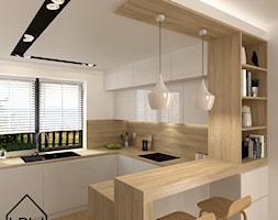 Kuchnia w bieli i drewnie - Średnia otwarta biała kuchnia w kształcie litery g z oknem, styl nowoczesny - zdjęcie od KRU design