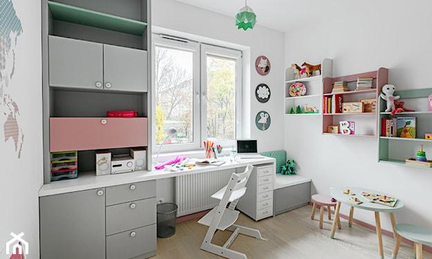 biurko przy oknie, kolorowe meble w pokoju dziecka