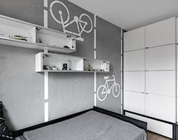 Pokój Kuby - Mały biały szary pokój dziecka dla chłopca dla nastolatka, styl industrialny - zdjęcie od A+A Kids