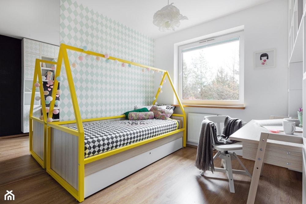 łóżko domek, żółte akcenty w pokoju dziecka