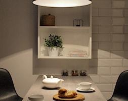 Kawalerka 26m2, Mokotów - Mała otwarta szara jadalnia jako osobne pomieszczenie, styl industrialny - zdjęcie od KUKA Concept