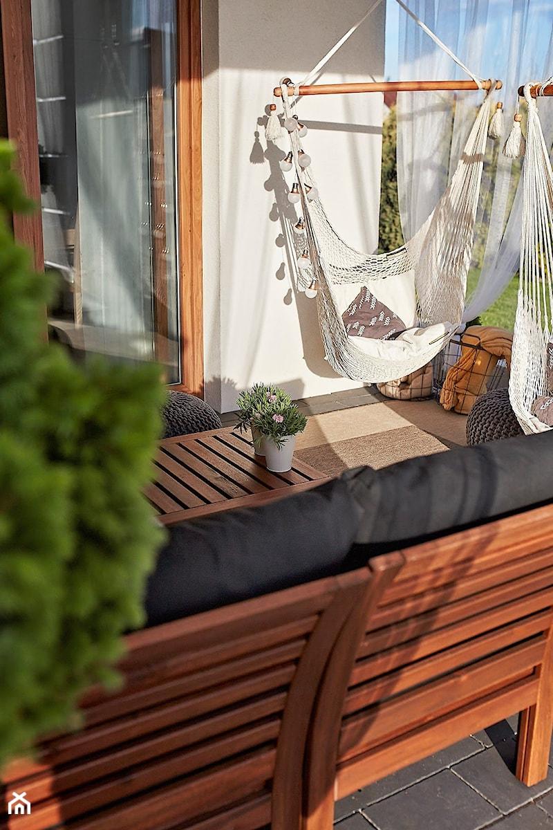 Urządzony tarasu - Średni taras z tyłu domu - zdjęcie od MartynaG.pl