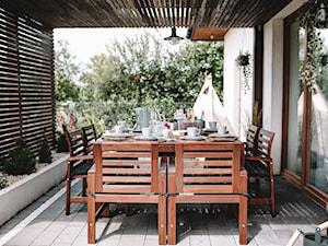 Drewniane meble ogrodowe – jak zabezpieczyć je przed słońcem i wilgocią?