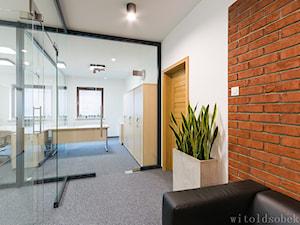 Biuro w sercu starego miasta - Średnie białe biuro pracownia w pokoju, styl nowoczesny - zdjęcie od Witold Sobek