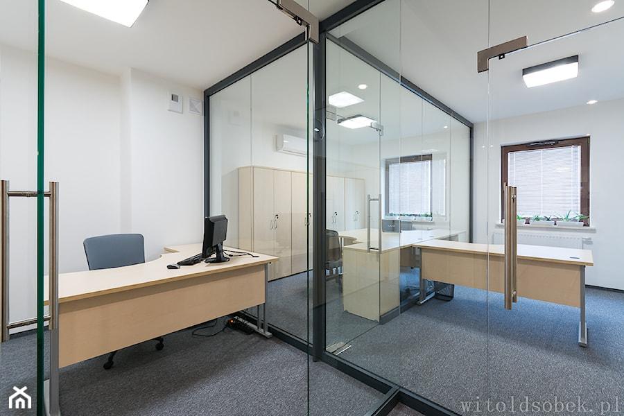 Biuro w sercu starego miasta - Duże białe biuro pracownia w pokoju, styl nowoczesny - zdjęcie od Witold Sobek