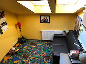 Mały szary żółty pokój dziecka dla chłopca dla malucha dla nastolatka - zdjęcie od pkoziej