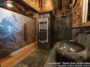 Umywalki z kamienia polnego - Łazienki w Hotelu Tirol, Austria