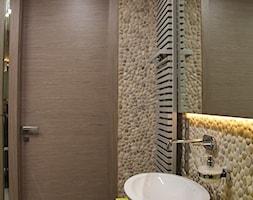 Beżowe otoczaki Maluku Tan od Lux4home™ na ścianie - otoczaki do łazienki. Mozaikę z beżowych otoczaków produkujemy w Indonezji w plastrach 30x30 cm, 15x30 cm, 10x30 cm lub jako ścianki z otoczaków 3D - zdjęcie od Lux4home™
