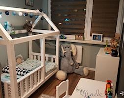 Pokój małego chłopczyka - Mały szary czarny pokój dziecka dla chłopca dla dziewczynki dla ucznia dla malucha, styl nowoczesny - zdjęcie od byMadeline