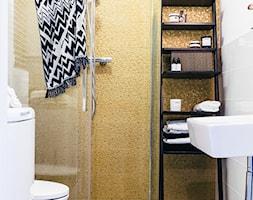Rynek Podgórski, Kraków - Mała biała żółta łazienka na poddaszu w bloku w domu jednorodzinnym bez okna, styl vintage - zdjęcie od Odwzorowanie
