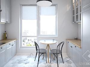 Mieszkanie z żółtymi drzwiami - Średnia biała kuchnia dwurzędowa z oknem, styl skandynawski - zdjęcie od Szkic Design - Projektowanie wnętrz