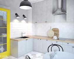 Mieszkanie z żółtymi drzwiami - Średnia otwarta biała szara kuchnia w kształcie litery l, styl skandynawski - zdjęcie od Szkic Design - Projektowanie wnętrz