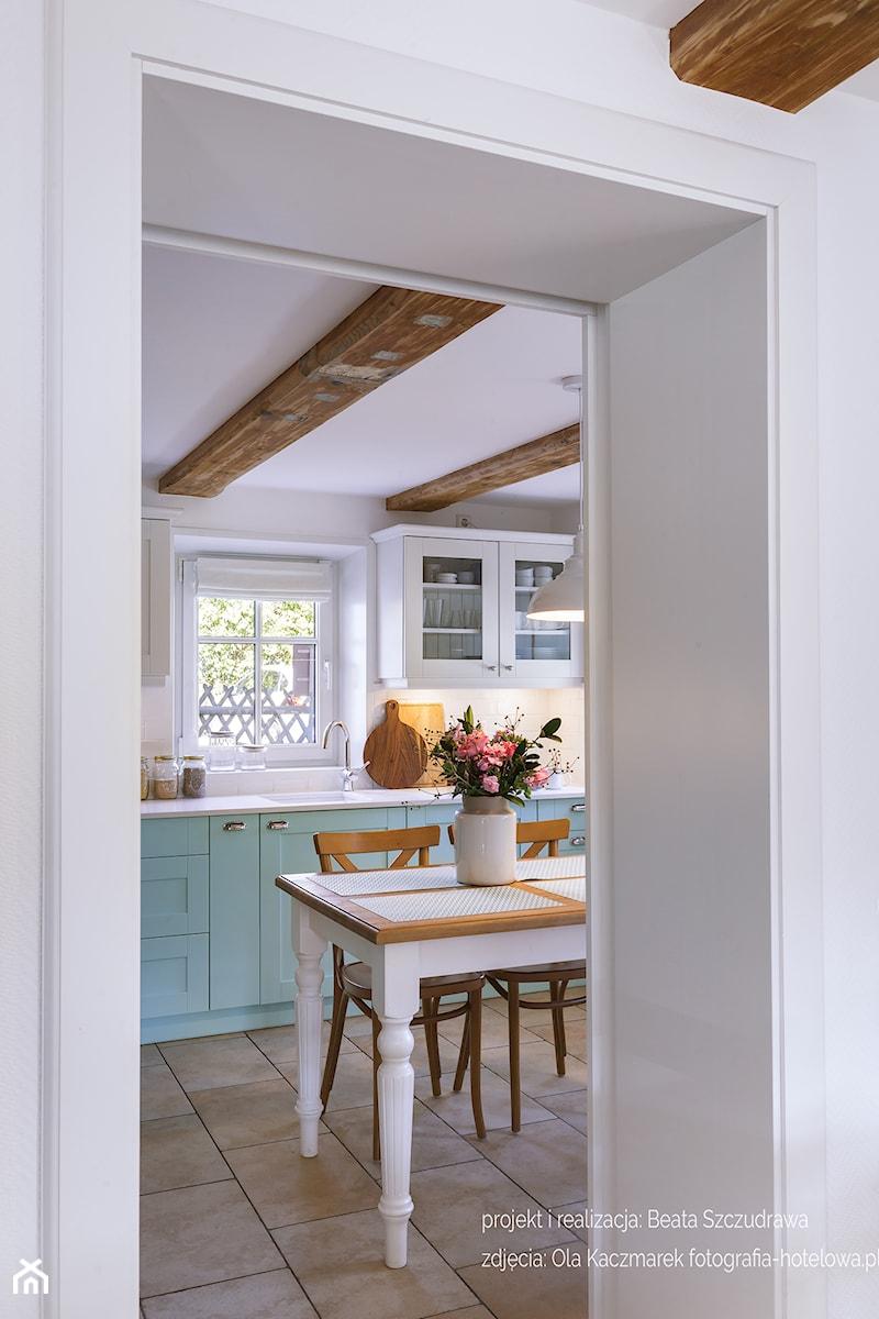 Dom przysłupowy - Średnia zamknięta biała kuchnia jednorzędowa z oknem, styl rustykalny - zdjęcie od Beata Szczudrawa projektowanie wnętrz