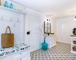 Dom przysłupowy - Duży biały hol / przedpokój, styl rustykalny - zdjęcie od Beata Szczudrawa projektowanie wnętrz