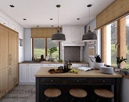 Mały dom na wsi - Średnia zamknięta biała kuchnia w kształcie litery l z wyspą z oknem, styl rustykalny - zdjęcie od Beata Szczudrawa projektowanie wnętrz
