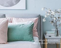 Mieszkanie w bloku dla kobiety - Mała biała sypialnia małżeńska, styl skandynawski - zdjęcie od Beata Szczudrawa projektowanie wnętrz - Homebook