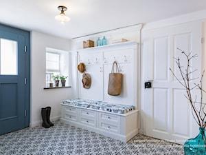 Dom przysłupowy - Duży biały niebieski hol / przedpokój, styl rustykalny - zdjęcie od Beata Szczudrawa projektowanie wnętrz