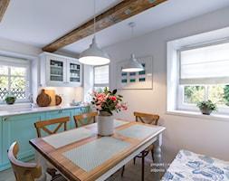 Dom przysłupowy - Średnia otwarta biała kuchnia jednorzędowa z oknem, styl rustykalny - zdjęcie od Beata Szczudrawa projektowanie wnętrz