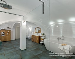 Dom przysłupowy - Średnia biała łazienka na poddaszu w domu jednorodzinnym jako salon kąpielowy jako domowe spa bez okna, styl rustykalny - zdjęcie od Beata Szczudrawa projektowanie wnętrz