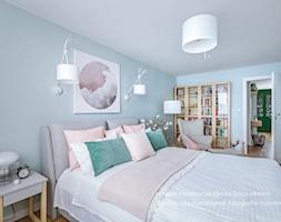 Mieszkanie w bloku dla kobiety - Średnia niebieska sypialnia małżeńska, styl skandynawski - zdjęcie od Beata Szczudrawa projektowanie wnętrz - Homebook