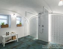 Dom przysłupowy - Duża biała łazienka na poddaszu w domu jednorodzinnym jako salon kąpielowy z oknem, styl rustykalny - zdjęcie od Beata Szczudrawa projektowanie wnętrz