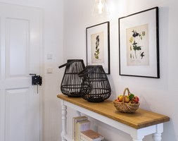Dom przysłupowy - Mały biały hol / przedpokój, styl rustykalny - zdjęcie od Beata Szczudrawa projektowanie wnętrz