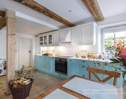 Dom przysłupowy - Duża biała kuchnia jednorzędowa z oknem, styl rustykalny - zdjęcie od Beata Szczudrawa projektowanie wnętrz
