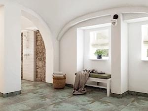 Rustykalny dom pod Zittau - Duża biała łazienka na poddaszu w bloku w domu jednorodzinnym z oknem, styl rustykalny - zdjęcie od Beata Szczudrawa projektowanie wnętrz
