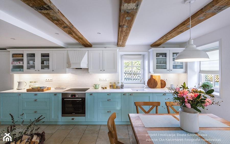 Dom przysłupowy - Duża otwarta biała kuchnia jednorzędowa z oknem, styl rustykalny - zdjęcie od Beata Szczudrawa projektowanie wnętrz