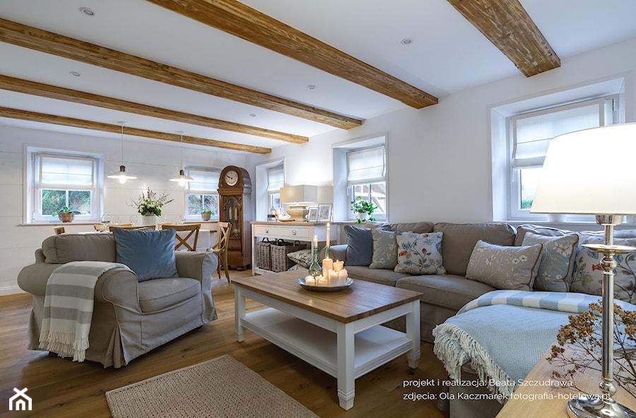 Dom przysłupowy - Duży biały salon z jadalnią, styl rustykalny - zdjęcie od Beata Szczudrawa projektowanie wnętrz
