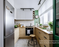 Mieszkanie w bloku dla kobiety - Mała zamknięta szara zielona kuchnia w kształcie litery u z oknem, styl eklektyczny - zdjęcie od Beata Szczudrawa projektowanie wnętrz